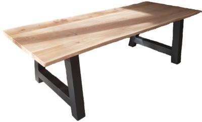 Eettafel met eiken boomstamblad en industrieel onderstel